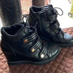 Aldo leather sneaker shoe size 7 practically new!